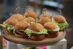 Nya hemlagade hamburgare på träbräde i en restaurang Arkivfoto