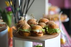 Nya hemlagade hamburgare på träbräde i en restaurang Royaltyfri Bild
