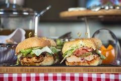 Nya hemlagade hamburgare på träbräde i en restaurang Arkivfoton