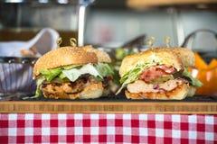 Nya hemlagade hamburgare på träbräde i en restaurang Royaltyfri Fotografi