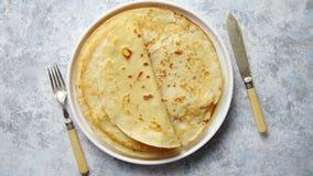 Nya hemlagade kräppar, tunna pannkakor som förläggas på den vita ceramiceplattan