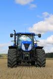 Nya Holland T7 Traktor 250 på stubbåkern, vertikal sikt Royaltyfri Foto