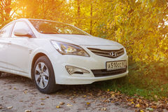Nya Hyundai Solaris i solljus Fotografering för Bildbyråer