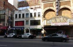 Nya i stadens centrum Newark - ärmlös tröja, Newark polisbilar, historisk Paramount teaterstort festtält, Newark, NJ, USA fotografering för bildbyråer