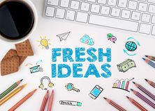 nya idéer Datortangentbordet och ett kaffe rånar på en vit tabell Royaltyfri Foto