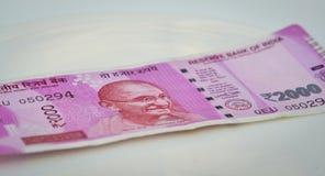 Nya indiska valutaanmärkningar av 2000 rupier Royaltyfria Bilder