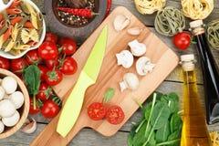 Nya ingredienser för att laga mat Fotografering för Bildbyråer