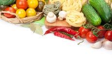 Nya ingredienser för att laga mat: pasta tomat, gurka, champinjon Arkivfoto