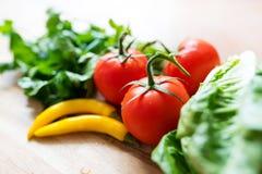 Nya ingredienser för grön sallad på trä Arkivfoto