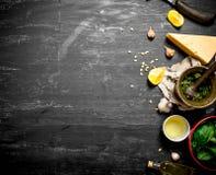 Nya ingredienser för italiensk pesto Royaltyfri Foto