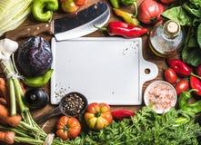 Nya ingredienser för rå grönsak för sund matlagning- eller salladdanande med det vita keramiska brädet i mitten, bästa sikt, kopi royaltyfri foto
