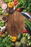 Nya ingredienser för rå grönsak för sund matlagning- eller salladdanande på träbakgrund, kopieringsutrymme i mitten, bästa sikt fotografering för bildbyråer