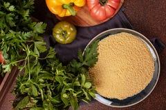 Nya ingredienser för tabboulehsallad: couscous tomater, citron, persilja, mintkaramell, olivolja, spansk peppar Royaltyfri Fotografi