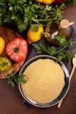 Nya ingredienser för tabboulehsallad: couscous tomater, citron, persilja, mintkaramell, olivolja, spansk peppar Royaltyfria Bilder