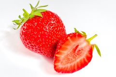 Nya isolerade jordgubbar på vit bakgrund Royaltyfri Foto