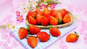 Nya japanska jordgubbar i en korg Fotografering för Bildbyråer