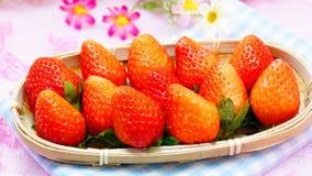 Nya japanska jordgubbar i en korg Arkivfoto