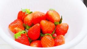 Nya japanska jordgubbar på den vita bunken Arkivbild
