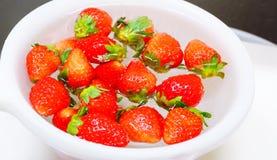 Nya japanska jordgubbar på vit Arkivfoton