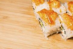 Nya japanska sushi och rullar på trätabellen Arkivfoton