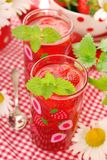 nya jordgubbar för drink royaltyfri bild