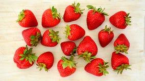 Nya jordgubbar i den lekmanna- lägenheten Arkivbilder