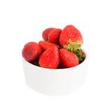 Nya jordgubbar i den vita bunken som isoleras över vit Arkivfoto