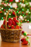 Nya jordgubbar i den wood korgen arkivbild