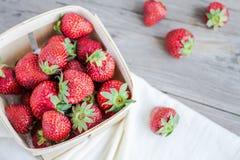 Nya jordgubbar i en ask, rå sommarbär, selektiv fokus Arkivfoton