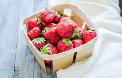 Nya jordgubbar i en ask, råkost, sommarbär som är selektiva Fotografering för Bildbyråer