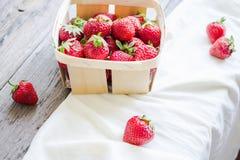 Nya jordgubbar i en ask som är lantlig, sommarråkost som är selektiv Royaltyfria Bilder