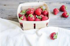 Nya jordgubbar i en ask som är lantlig, sommarråkost som är selektiv Royaltyfri Foto