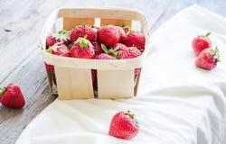 Nya jordgubbar i en ask som är lantlig, sommarråkost som är selektiv Royaltyfri Bild