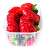 Nya jordgubbar i en ask som isoleras på det vita bakgrundsslutet Fotografering för Bildbyråer