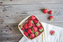 Nya jordgubbar i en ask, sommarbär, selektiv fokus Fotografering för Bildbyråer