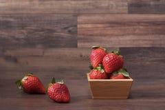 Nya jordgubbar i en bambubunke fotografering för bildbyråer