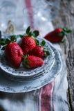Nya jordgubbar i en elegant platta Royaltyfria Foton