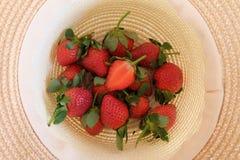 Nya jordgubbar i en hatt Royaltyfria Bilder