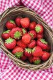 Nya jordgubbar i en korg Arkivbild