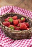 Nya jordgubbar i en korg Royaltyfria Bilder