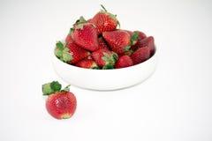 Nya jordgubbar i en vit bunke som isoleras på vit bakgrund Royaltyfria Foton