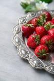 Nya jordgubbar i hjärtaformplatta Royaltyfria Foton