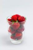 Nya jordgubbar i klart exponeringsglas Royaltyfri Foto