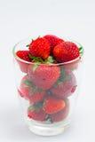 Nya jordgubbar i klart exponeringsglas Royaltyfria Bilder