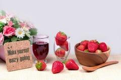 Nya jordgubbar, jordgubbedriftstopp i den glass kruset, strawber Arkivfoton