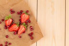 Nya jordgubbar med korn av granatäpplet Fotografering för Bildbyråer