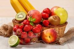 Nya jordgubbar, nektarin, limefrukt, kiwi, banan, äpple i wi Arkivfoton