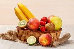 Nya jordgubbar, nektarin, limefrukt, kiwi, banan, äpple i wi royaltyfria bilder