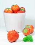 Nya jordgubbar och mintkaramellsidor Arkivfoton