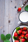 Nya jordgubbar och mjölkar Arkivbild